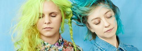 Bleus, roses, verts... Les cheveux aux couleurs pop ont la cote