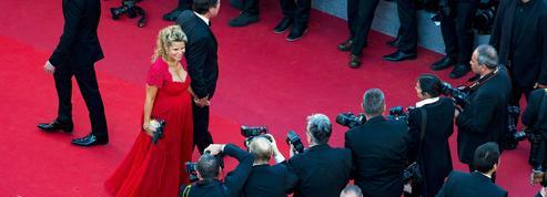 Laura Tenoudji, enceinte, et son mari Christian Estrosi montent les marches à Cannes
