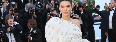 Kendall Jenner, sa robe à traîne...et ses chaussettes sur tapis rouge