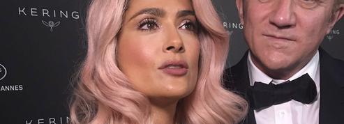 Salma Hayek fait sensation à Cannes avec ses cheveux roses