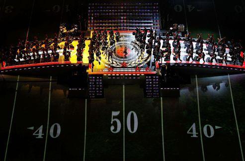 Sur une scène installée au milieu du terrain, le show de la mi-temps dure une demi-heure (ici celui de Madonna en 2012 à Indianapolis).