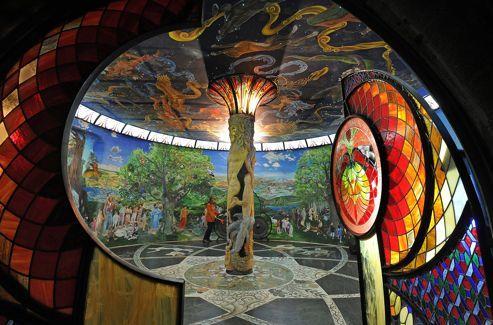 Dans la salle de la Terre, Adam et Eve nus, sculptés sur une colonne, soutiennent une voute étoilée qui scintille grâce à un réseau de fibres optiques.