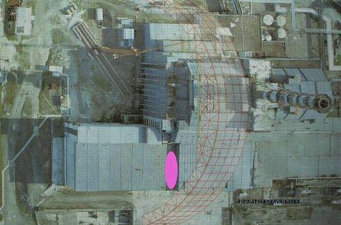 Vue aérienne de l'état actuel du réacteur de Tchernobyl, avec la zone du toit qui s'est effondré marquée en rose. L'arche dessinée en rouge représente le toit géant en construction qui va recouvrir l'ensemble de la centrale. Crédit: Autorité de contrôle du nucléaire d'Ukraine.