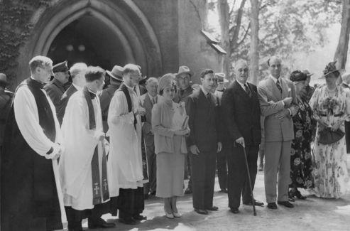 Franklin D. Roosevelt (avec la canne), George VI (à gauche), Elizabeth I et Eleanor Roosevelt (à droite) sur le porche de l'église St James à Hyde Park, le 11 juin 1939.<i> (Crédit:Courtesy of the Franklin D. Roosevelt Presidential Library and Museum)</i>