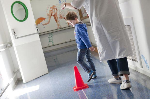 Paul réalise un test de marche de 6 minutes avec l'une des kinésithérapeutes du centre I-Motion. Crédit photo: Christophe Hargoues / AFM-Téléthon