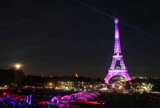 La Tour Eiffel a été illuminée à l'occasion de la campagne «Octobre rose».