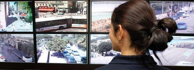 Un officier de police à Nice, le 8 août 2011.