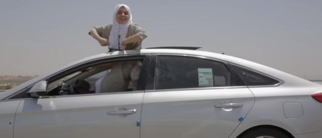 Une rappeuse saoudienne célèbre le droit de conduire dans un clip viral
