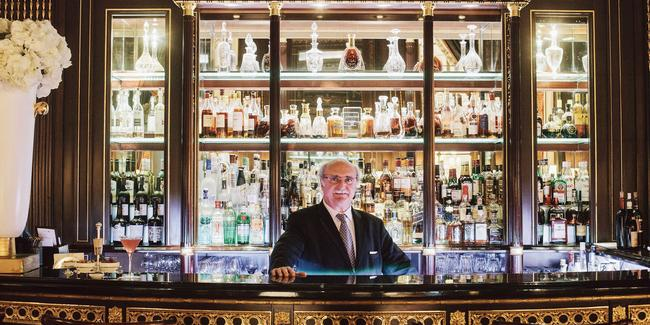 Au Bar 228 de l'hôtel Meurice (Ier), on est reçu par le chef barman, William Oliveri.