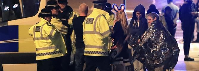 Des spectatrices du concert d'Ariana Grande à Manchester, recueillies par les services de secours après l'explosion qui a tué 19 personnes et fait 50 blessés.