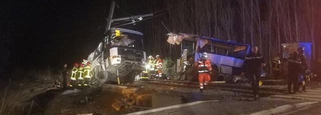 Un train percute un bus scolaire, au moins quatre enfants tués