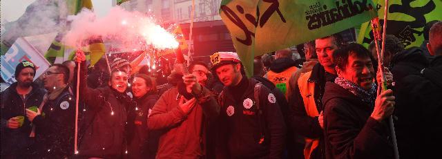 Fonctionnaires, cheminots : 323.000 manifestants en France sur fond de violences