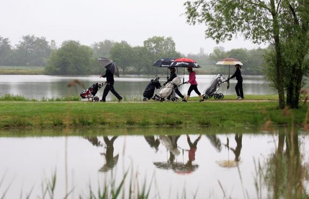 Incontournable, le parapluie sur les greens du Gouverneur (Karin Dilthey).