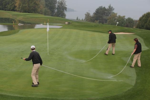 Manucuré le parcours de l'Evian Resort Golf Club. Ici, on bichonne les greens en otant la rosée matinale (Karin Dilthey).