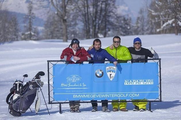 Les particpants se présentent au départ. Tenue de ski ou de golf acceptée.