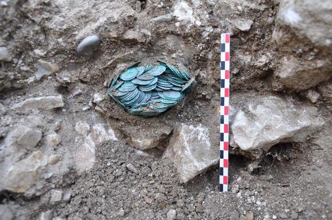 Une partie du trésor retrouvée à Cluny/ Anne Baudanne Flammin/ AFP