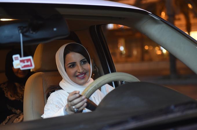 La saoudienne Samar Al-Moqren conduit sa voiture dans les rues de la capitale saoudienne Riyad pour la première fois juste après minuit, le 24 juin 2018, lorsque la loi autorisant les femmes à conduire a pris effet.