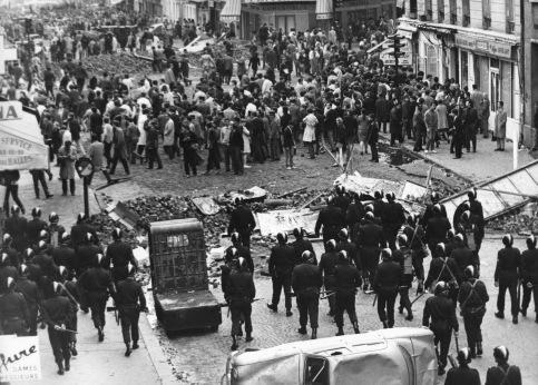 10 mai 1968. Les étudiants se rassemblent pour exiger la «libération» de la Sorbonne,  encerclée depuis le 2 mai par la police après l'évacuation musclée d'une manifestation de soutien à Daniel Cohn Bendit. Le soir se produisent les premiers affrontements entre les CRS et les manifestants qui dressent des barricades à l'aide de pavés. Les images des CRS chargeant la foule marquent le pays. Les syndicats appellent en solidarité à la grève nationale, la plus grande que connaitra la France avec 8 millions de grévistes.