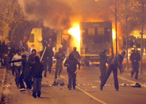 23h47. Des jeunes envoient pierres et coktails molotov contre les CRS.