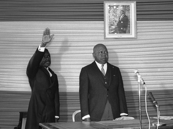 Né le 30 décembre 1935 à Bongoville, au Gabon, Omar Bongo, après des études au Congo et un service militaire, devient agent subalterne des services secrets français. Mais rapidement, il se rapproche des élites politiques et, en 1960, devient vice-président de Léon Mba (à droite sur la photo). Il le remplace à sa mort, en 1967.