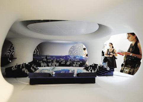 «Taichung Metropolitan Opera House» de Toyo Ito &Associés, à Taïwan. Ce maître japonais de l'architecture conceptuelle, qui a eu Kazuyo Sejima dans son agence, est le champion des constructions ne répondant à aucune loi de la pesanteur. Fait de murs courbes, son projet d'opéra qui devrait ouvrir en 2013 est un labyrinthe de vides et de pleins. Avec ses alvéoles merveilleusement dessinées (les superbes croquis aquarellés sont même plus explicites que les maquettes), ce bâtiment organique, qui joue à l'intérieur sur les verticales et les horizontales, a une densité qui ressemble à un gruyère. Les immenses maquettes nous replongent dans le monde des Télé Tubies.