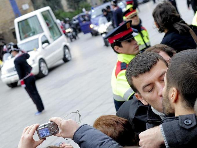 Avant la cérémonie, point d'orgue de la visite papale en Espagne,  200 homosexuels se sont embrassés au passage de la