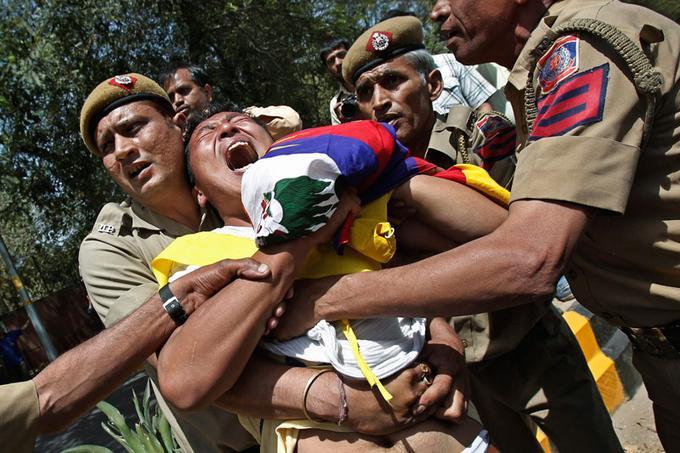 <b>En colère.</b> Las du désintérêt de la communauté internationale pour leur combat et malgré l'immolation d'une trentaine de moines bouddhistes en un an, les Tibétains ont décidé de continuer à proclamer leur colère. Ainsi, ce mercredi, de nombreuses manifestations étaient attendues par la police indienne pour protester contre la visite du président chinois Hu Jintao à l'occasion du sommet des pays émergents. Lundi dernier, un nouveau jeune Tibétain s'était immolé. Le corps dévoré par les flammes, les cheveux en feu, il s'était mis à courir en hurlant dans la rue, provoquant le choc et la stupeur. Né au Tibet, mais vivant en exil en Inde, Jamphel Yeshi, 27 ans faisait partie d'une organisation de jeunesse appelant à l'indépendance de la région himalayenne, sous domination chinoise depuis plus de soixante ans.