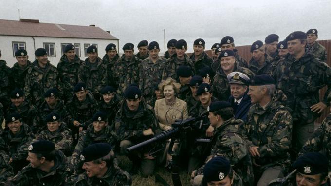 Margaret Thatcher visite les îles Malouines en 1983.