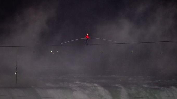 Nik Wallenda lors de sa traversée des chutes du Niagara. L'homme avait consenti à porter un harnais, mais avait détesté cela.