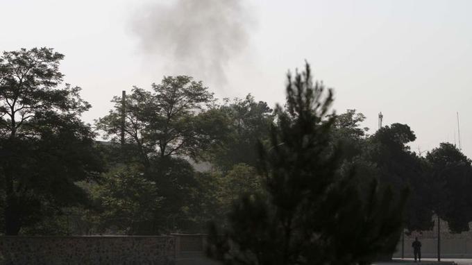 De la fumée s'échappe du palais présidentiel, le lieu réputé le plus sécurisé de tout le pays.