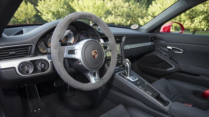 L'aménagement est typique d'une 911 mais l'ambiance sportive repose sur l'emploi de la suédine.
