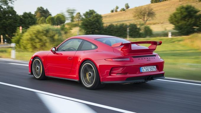 De trois-quarts arrière, la nouvelle GT3 est véritablement impressionnante.