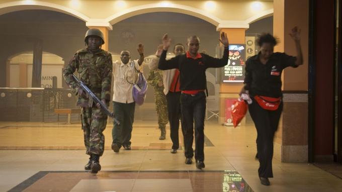 Des civils sont évacués du centre commercial après être restés cachés pendant plusieurs heures.