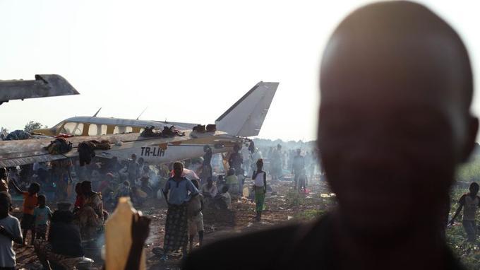 Cinq jours après le début officiel de son intervention l'armée française affirme avoir sécurisé la capitale mais fait désormais face à des «accès de violence», pillages et tentatives de représailles contre les civils musulmans. Deux soldats français ont été tués «au combat» dans la nuit de lundi à mardi.