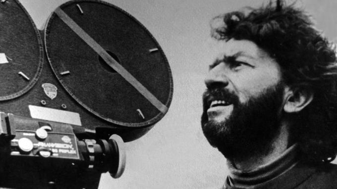 Alain Robbe-Grillet sur le tournage du <i>J</i><i>eu avec le feu, </i>en 1975.