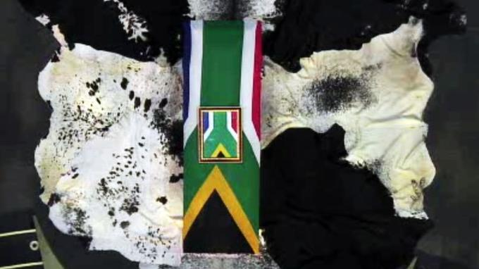 Le cercueil de Nelson Mandela, recouvert d'un drapeau sud-africain, a été déposé sur des peaux de vache Nguni.