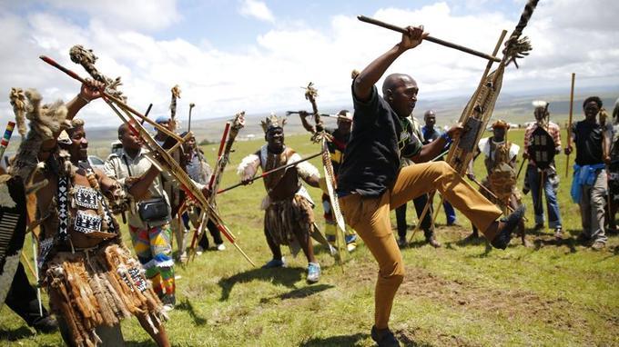 Sur l'une colline qui entourent les lieux, des guerriers traditionnels, lances et boucliers en main ontrendu un hommage armé.