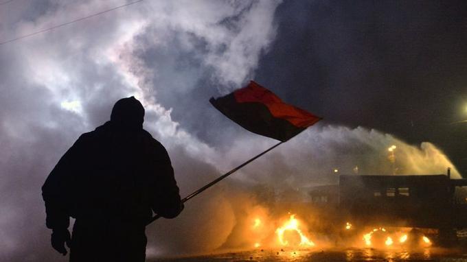 Le drapeau rouge et noir du Congrès des nationalistes ukrainiens.
