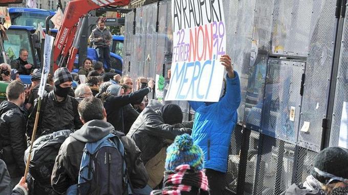 Les opposants au projet d'aéroport de Notre-Dame-des-Landes font face aux CRS, le 22 février 2014 à Nantes.
