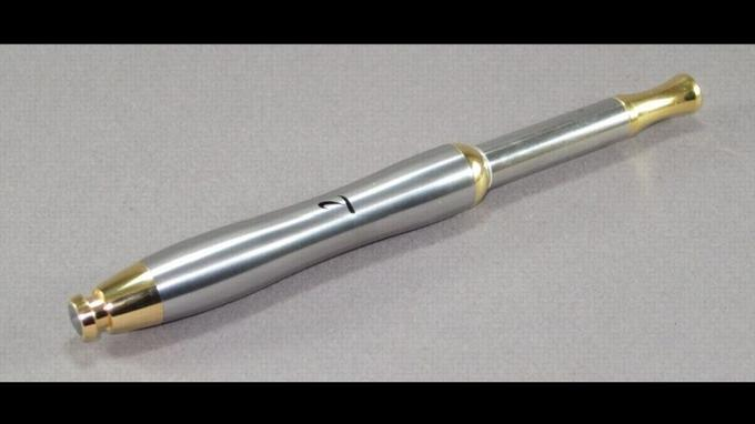 La cigarette électronique made in France composée de titane, laiton, plaqué or 24 carats et de nacre. Crédit photo: Titanide.