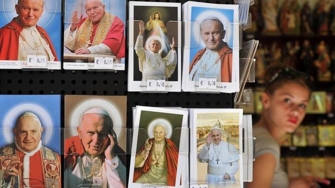 Les cartes postales représentant les papes Jean-Paul II et Jean XXIII pullulent dans les boutiques de Rome.