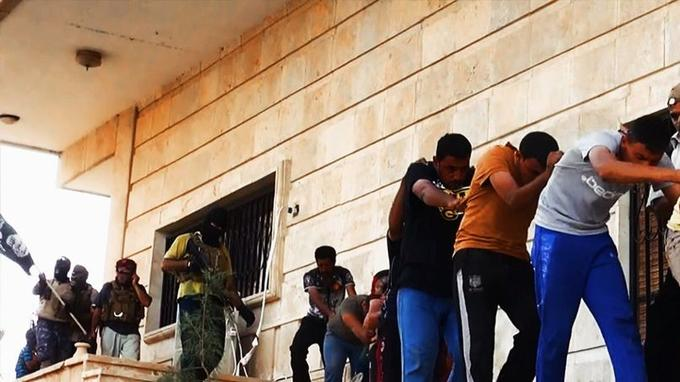 Des insurgés de l'EIIL conduisent des hommes en civil présentés comme des soldats de l'armée irakienne vers un endroit inconnu dans la province de Salah ad-Dine pour être exécutés.