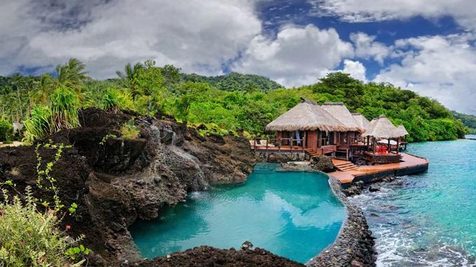 Wai, la villa sur l'eau et sa piscine taillée dans la roche.