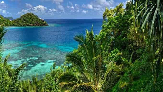Laucala Island, une émeraude sur le lit turquoise du Pacifique. Au loin, la villa Udu perchée sur sa péninsule...