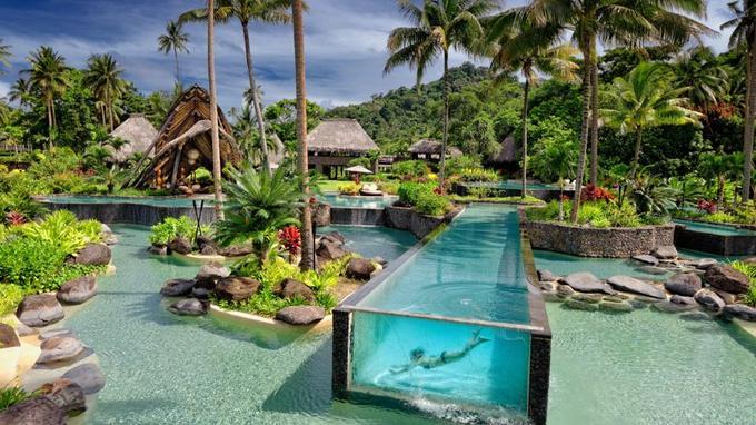 Depuis le Pool Bar, 2000 m2 de piscines s'étagent en terrasses jusqu'à la plage.