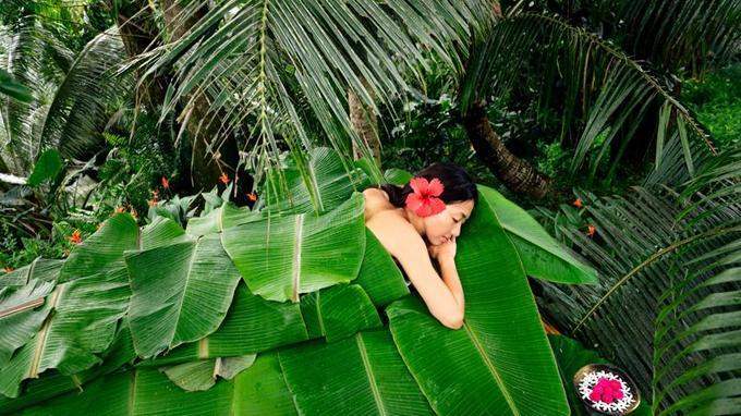 Risako, la femme du directeur de Laucala, s'accorde une pause au Spa dont les terrasses, à flanc de colline, baignent dans la nature.