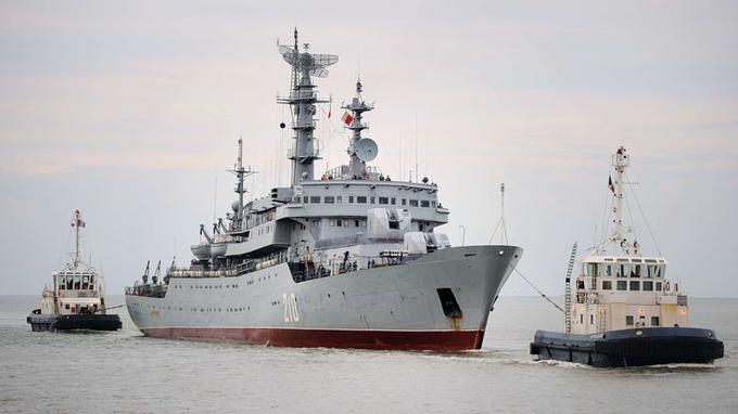 Le Smolny, tiré par des remorqueurs français, est entré dans le port de Saint-Nazaire peu après 07h00 lundi 30 juin.