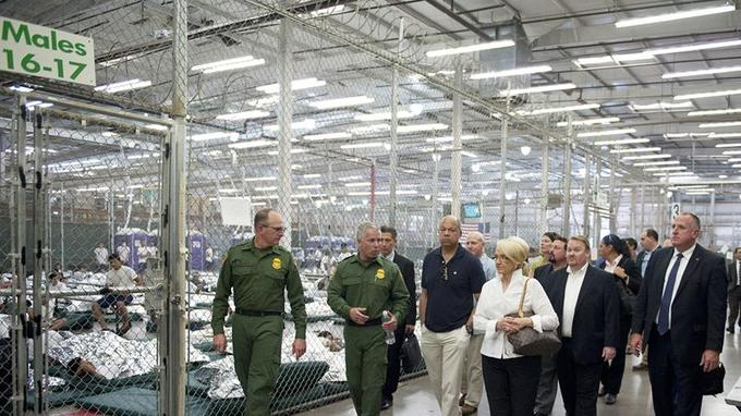 Un hangar faisant office de centre de détention, en Arizona.