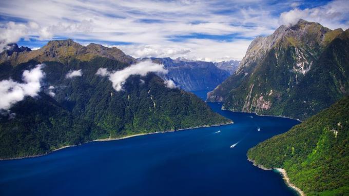 En 1770, le capitaine James Cook fut le premier Européen à découvrir le Milford Sound. Creusé par la mer de Tasman, le fjord s'engouffre à l'intérieur des terres sur 16 kilomètres.