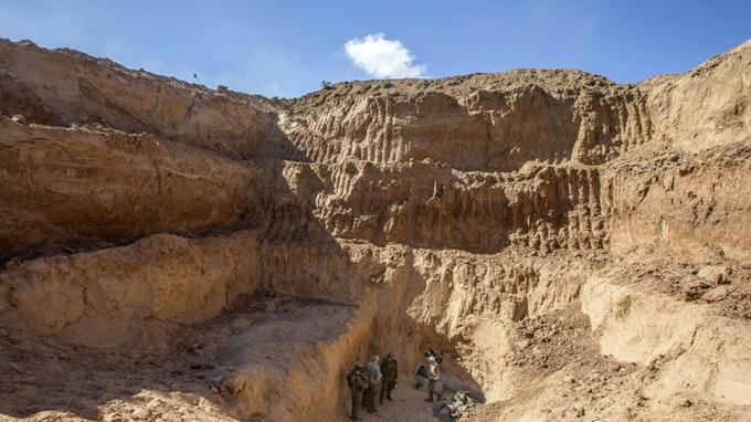 L'armée israélienne a organisé une visite guidée pour la presse de l'une de ces galeries surnommées «le Gaza sous Gaza». Le tunnel en question part de Khan Younès, dans le sud de la bande de Gaza, et débouche trois kilomètres plus loin, de l'autre côté de la frontière, près du kibboutz Nir-Am.